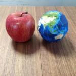 りんごと地球儀(9cm)