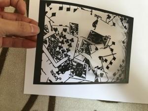 トランプの写真の切り絵(旧バージョン)を持ったところ