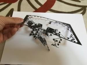 トランプの写真の切り絵(旧バージョン)を持ったところ2